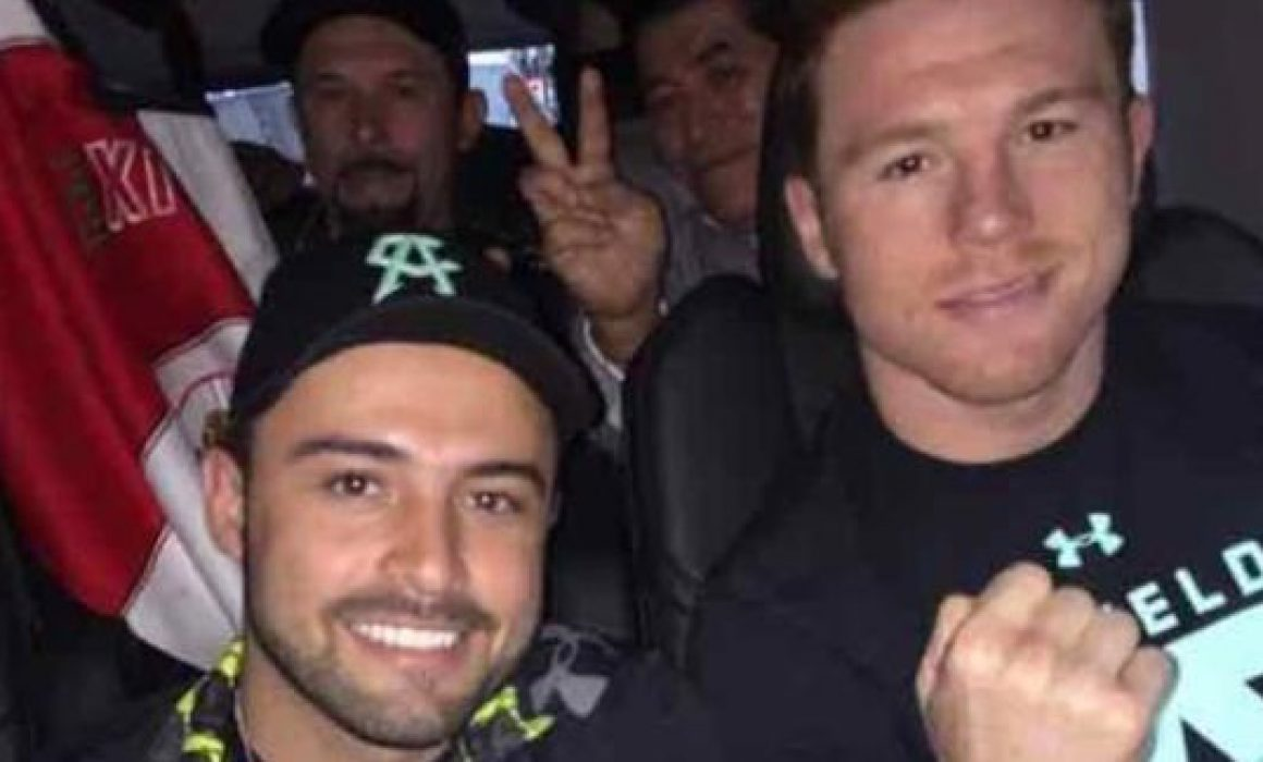 Canelo Álvarez brinda apoyo a su hermano Gonzalo Álvarez, quien contendería para al alcaldía de Zapotlanejo en Jalisco.